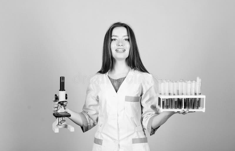 ?tude de la chimie dans le laboratoire d'?cole Scientifique heureuse de femme dans le laboratoire Bons r?sultats docteur de femme image libre de droits