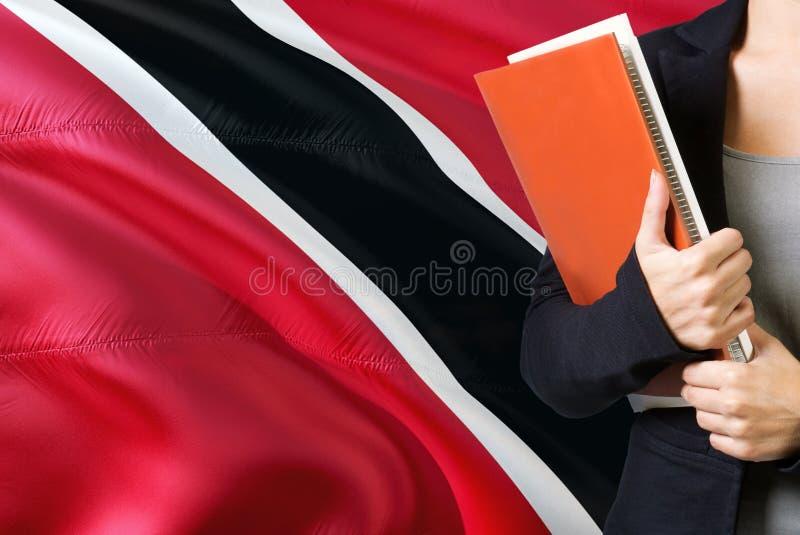 ?tude du concept de langue Position de jeune femme avec le drapeau de Trinidad And Tobago à l'arrière-plan Professeur tenant des  images libres de droits