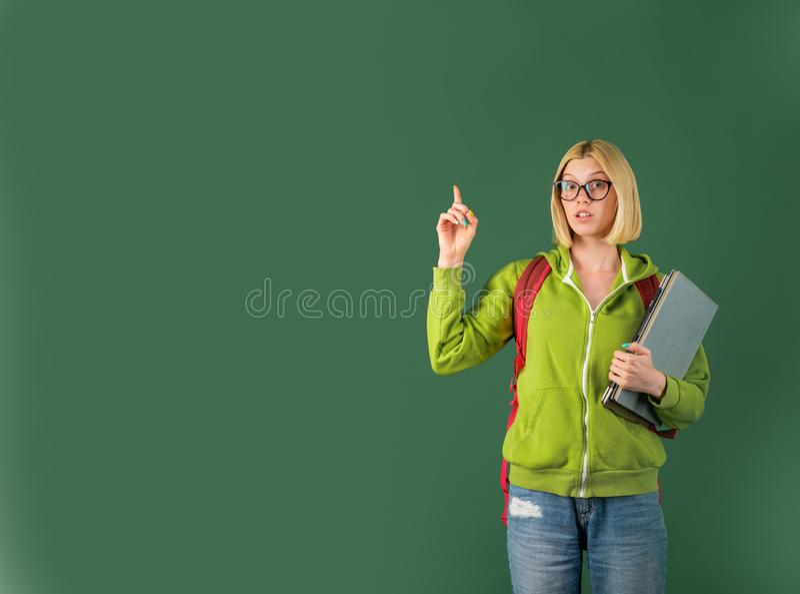 ?tudiant allant ? l'universit? Jeune professeur féminin drôle dans la salle de classe ?tudiant se pr?parant ? l'essai ou ? l'exam photographie stock