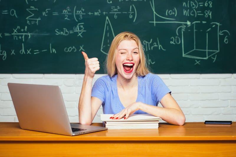 ?tudiant f?minin sur le campus Tuteur d'université Étudiant travaillant sur l'ordinateur portable dans l'université Devoirs d'aid image libre de droits