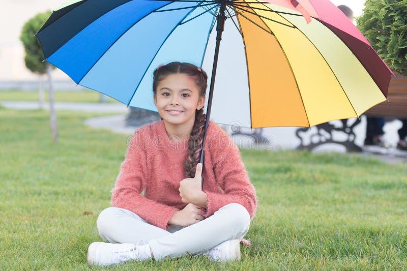 Tudo melhor com meu guarda-chuva Acessório colorido para o humor alegre Cabelo longo da criança da menina com guarda-chuva colori imagem de stock