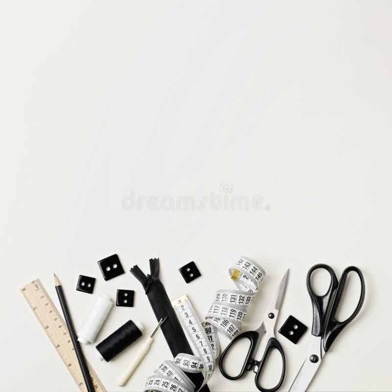 Tudo para costurar em preto e branco Tela e linha, fecho de correr fotografia de stock