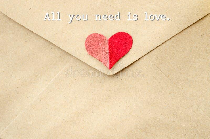 Tudo que você precisa é amor na carta de amor foto de stock