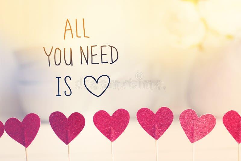 Tudo que você precisa é mensagem do amor com corações vermelhos pequenos foto de stock