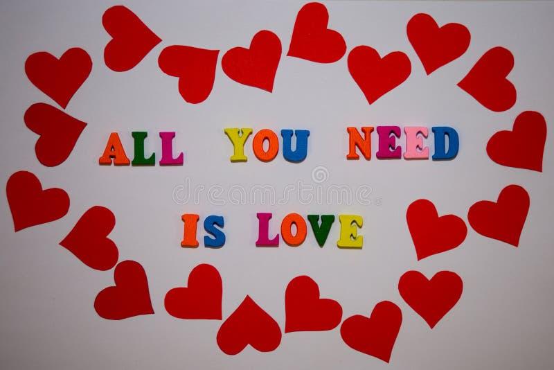 Tudo que você precisa é mensagem do amor das letras multicoloridos do alfabeto no fundo branco fotografia de stock royalty free