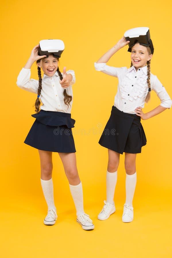Tudo ? t?o real Futuro e inova??o de Digitas Realidade virtual meninas pequenas em auriculares de VR as crianças vestem sem fio foto de stock