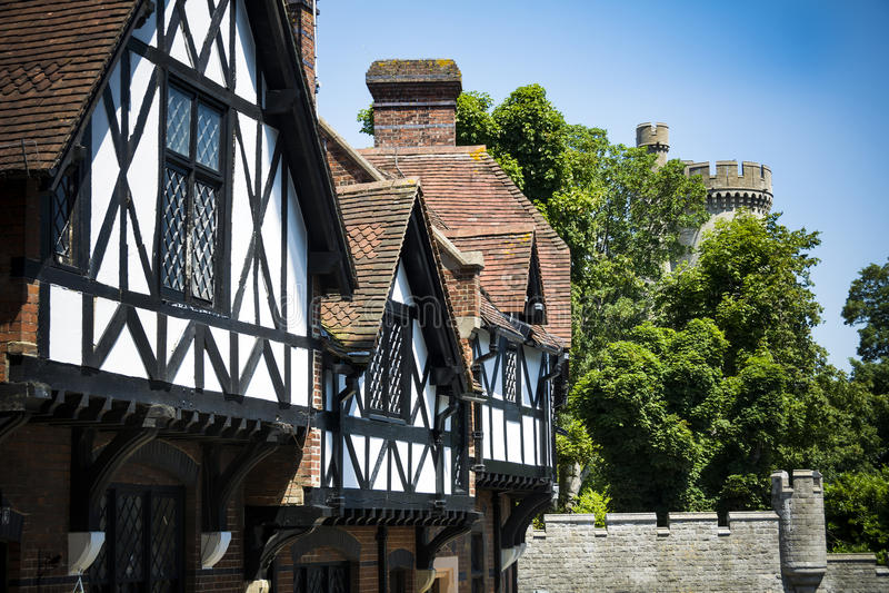 Tudor budynki w jaskrawym świetle słonecznym Arundel roszują fotografia stock