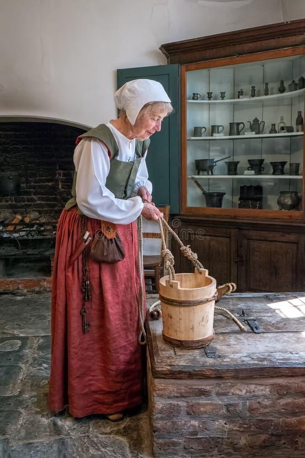 Tudor Housekeeper, Harvington-Zaal, Worcestershire, Engeland stock afbeelding