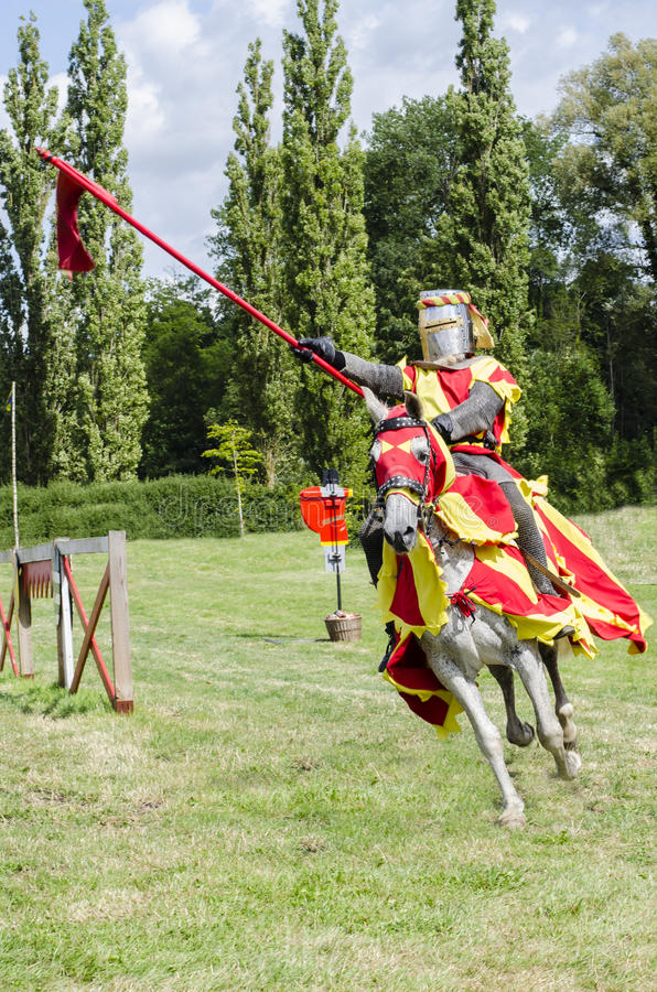 Tudor Knight Charging royaltyfri bild