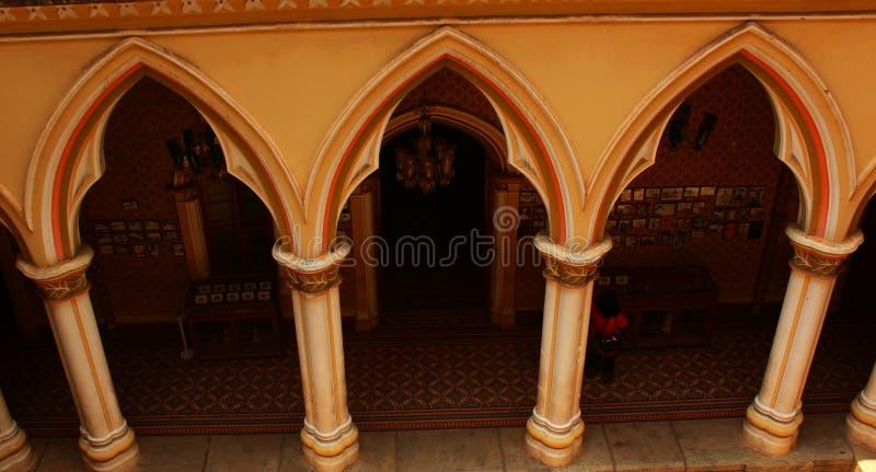 tudor Revial建筑学称呼了班格洛宫殿的柱子和曲拱  免版税图库摄影