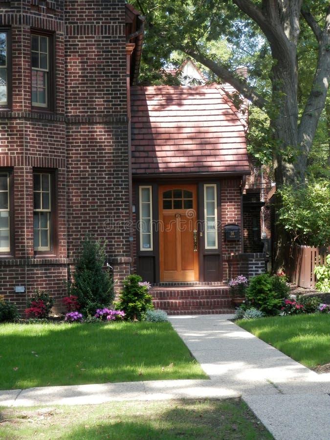 Tudor Style Brick Home Front-Eingang in Forest Hills, N Y lizenzfreie stockbilder