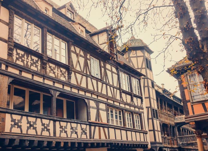 Tudor Style House Autumn Metade-suportado europeu idoso foto de stock royalty free