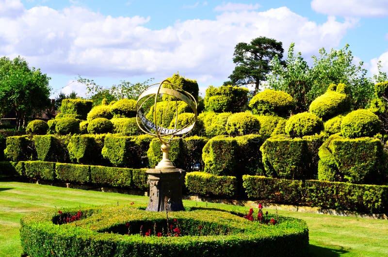 Tudor Topiary Chess Set und Armillary Bereich-Sonnenuhr lizenzfreie stockfotos