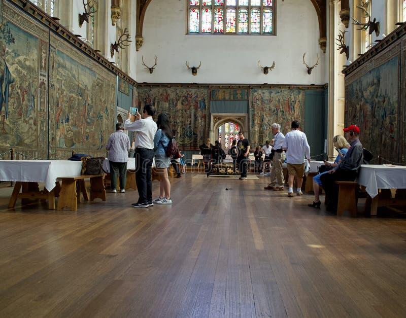 Tudor wielka hala z grupą turyści podziwia grafika i obrazy zdjęcie royalty free