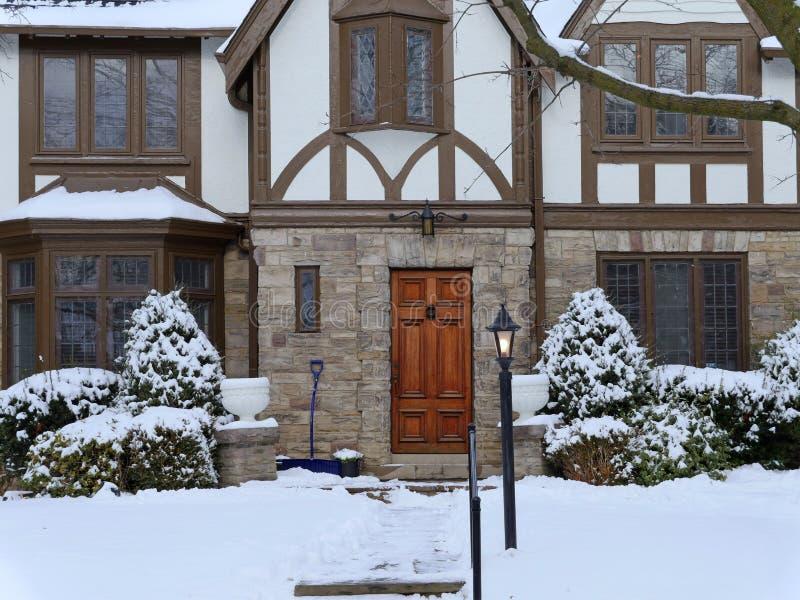 Tudorstilhaus im Winter stockfoto