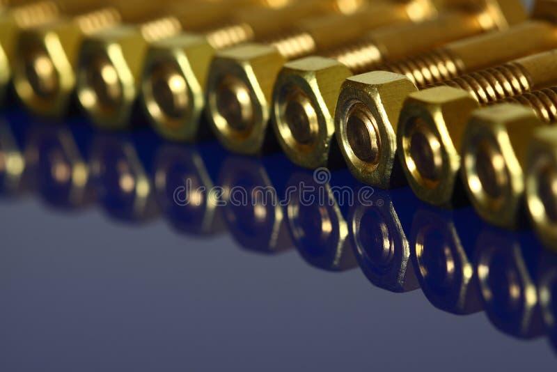 Tuercas de cobre amarillo - y - tornillos fotografía de archivo