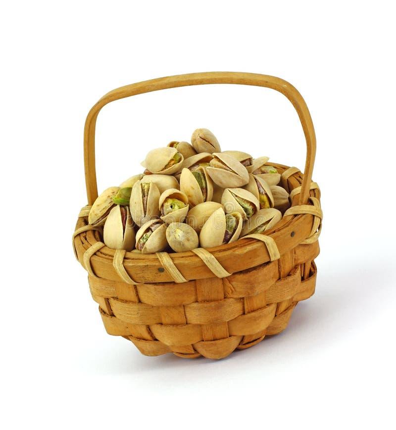 Tuercas de pistacho en cesta imagen de archivo libre de regalías