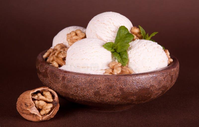 Tuercas y helado del vanille imagen de archivo libre de regalías