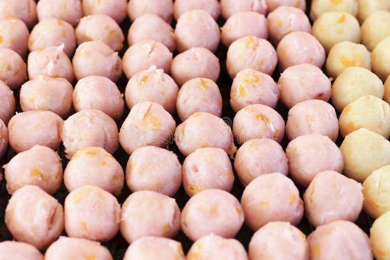 Tueste la bola del taro y la bola de la patata dulce en estilo tailandés foto de archivo