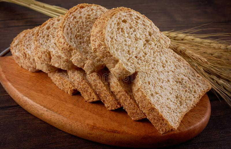 Tueste los panes en la placa de madera y la tabla de madera fotos de archivo
