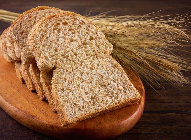 Tueste los panes en la placa de madera y la tabla de madera imágenes de archivo libres de regalías