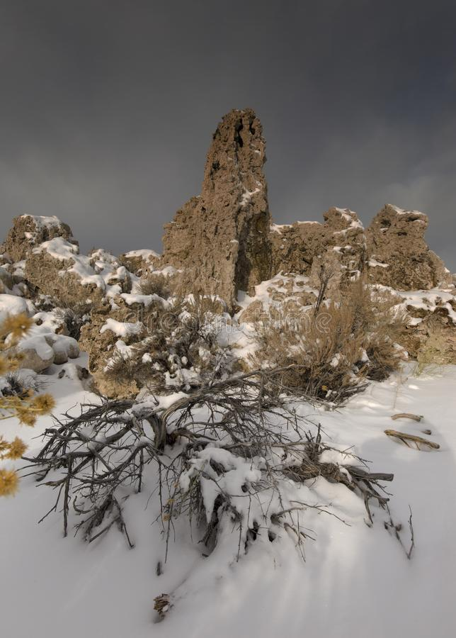 Tuf en montagnes mono de lac acient - neige et hiver - photos stock