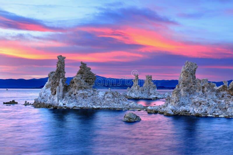 Tufa formacje w Mono jeziorze zdjęcie stock