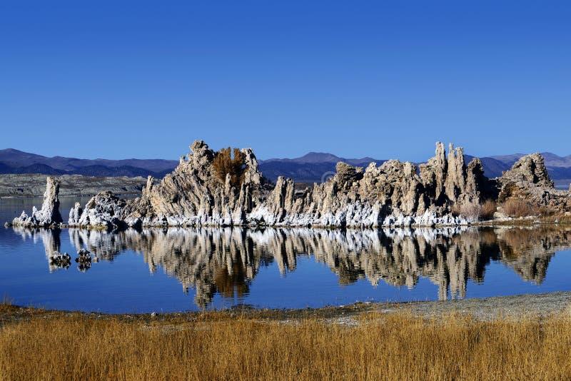 Tufa-formationerna av Mono Lake, Kalifornien royaltyfria foton