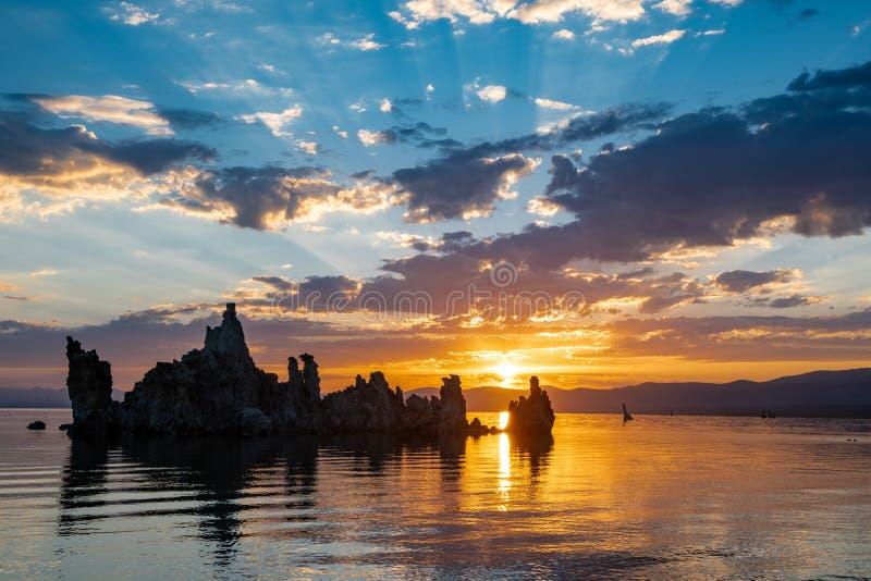 Tufa vormingen bij Monomeer in Californië tijdens een kleurrijke zonsopganghemel met zonnestralen royalty-vrije stock afbeelding