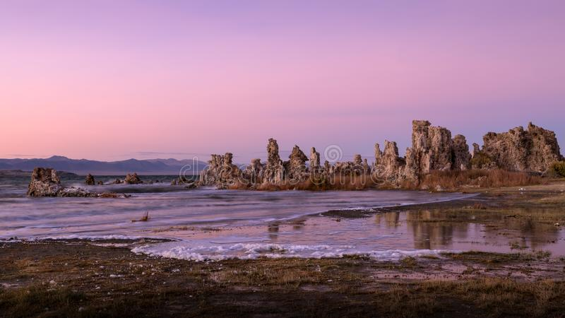Tufabildande på den mono sjön på solnedgången royaltyfria foton