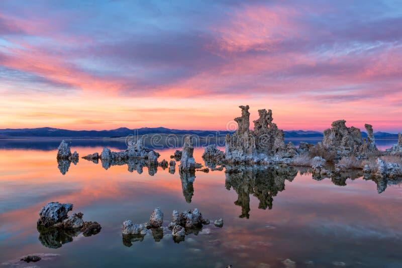 Tufas bij Monomeer op zonsondergang stock foto's