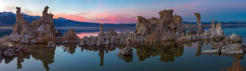 Tufas bij Monomeer op zonsondergang stock afbeeldingen