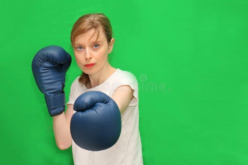 Tuff kvinnlig boxare arkivbild
