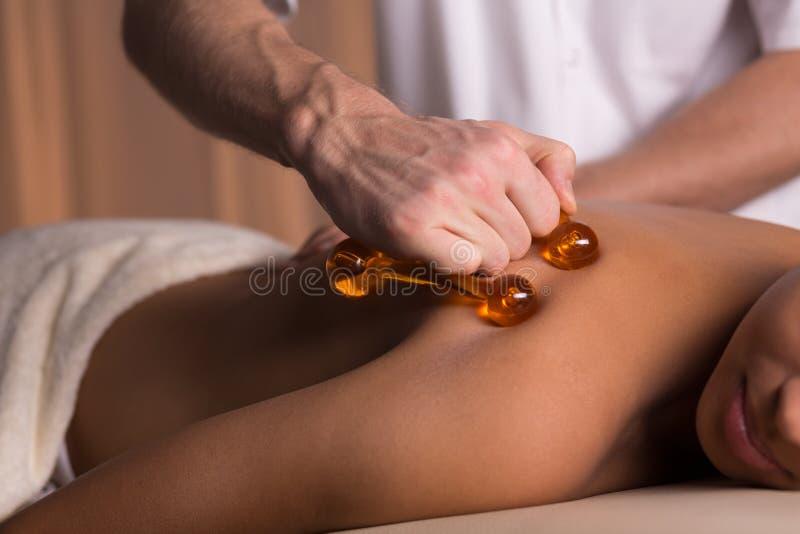 Tuff massage med massageren royaltyfri foto