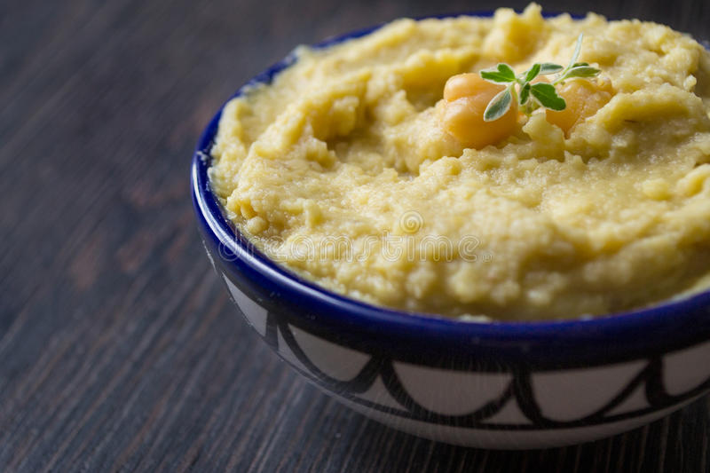 Tuffo di Hummus immagine stock