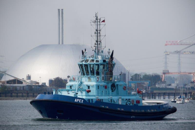 Tug Apex Sailing na água de Southampton imagens de stock