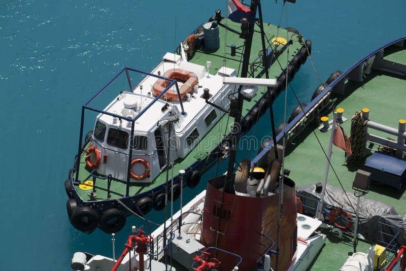 Tug Boat à côté de remplir de combustible le bateau photo libre de droits