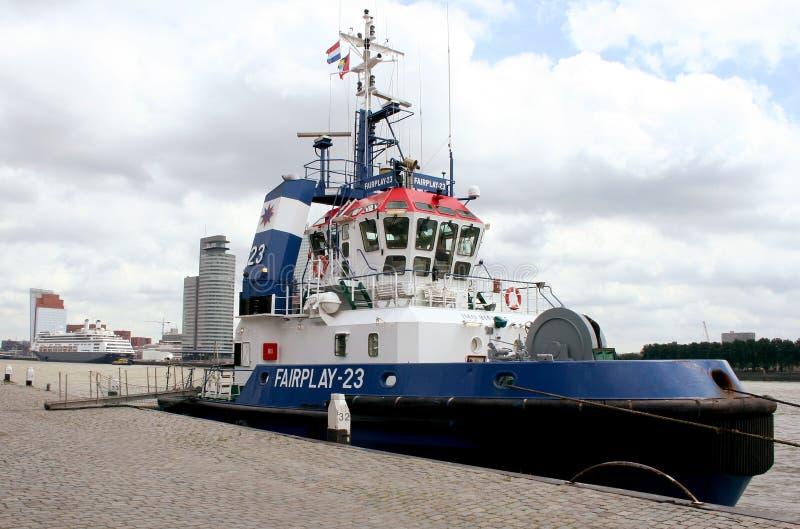 Tug-boat πρόσδεση στην αποβάθρα στοκ εικόνα
