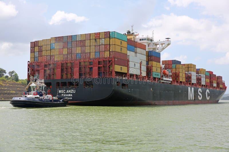 Tug Boat Assists Container Ship en el Canal de Panamá foto de archivo libre de regalías