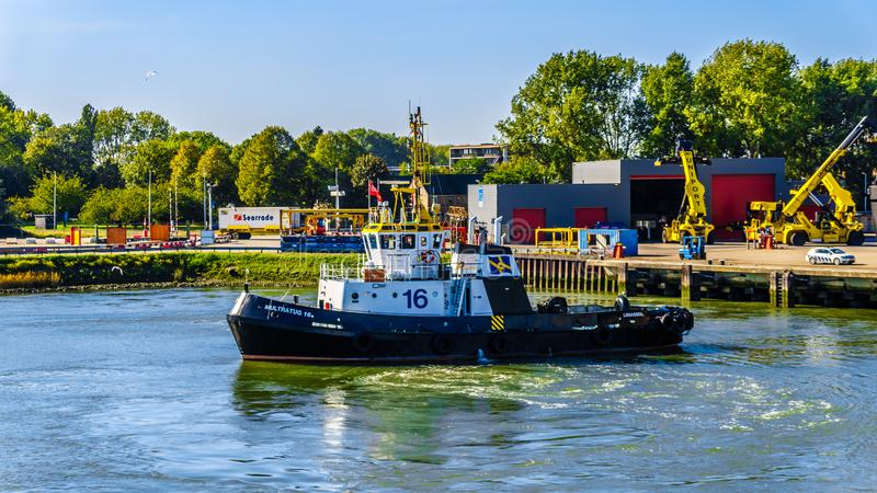 Tug Boat dans le Waalhaven à Rotterdam, Hollande photo libre de droits