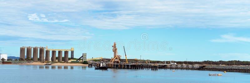 Tug Boat At Harbor With-de Infrastructuur van de de Uitvoerindustrie royalty-vrije stock fotografie