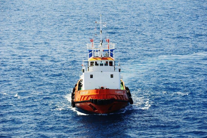 Tug Boat Ioannis en cours dans le port de Corfou photos stock