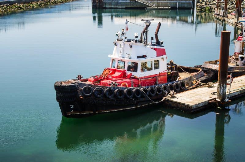 Tug Boat Moored en un puerto en Sunny Day fotografía de archivo