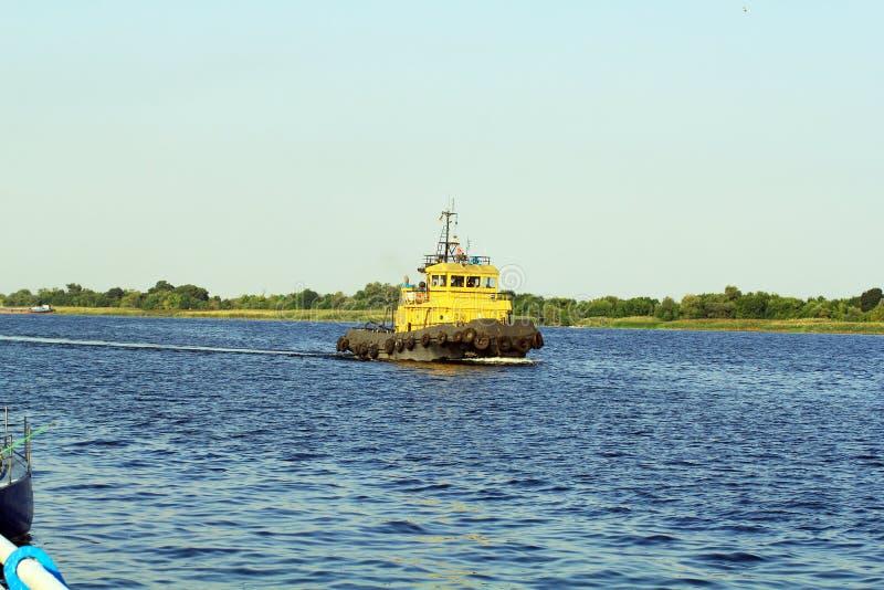 Tug Boat på den Dnieper floden royaltyfri fotografi