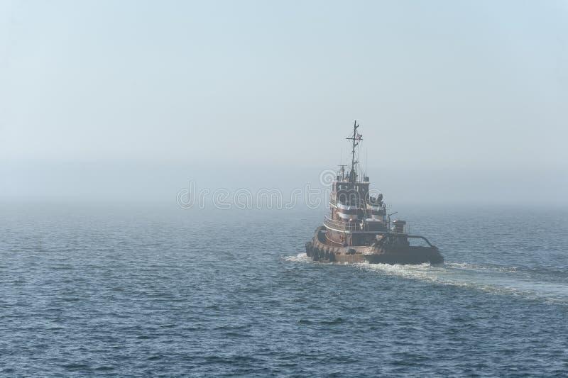 Tug Iona McAlister quittant New Bedford en brouillard images libres de droits
