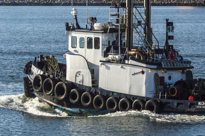 Tug Kodiak som stryper upp i New Bedford den yttre hamnen royaltyfri foto