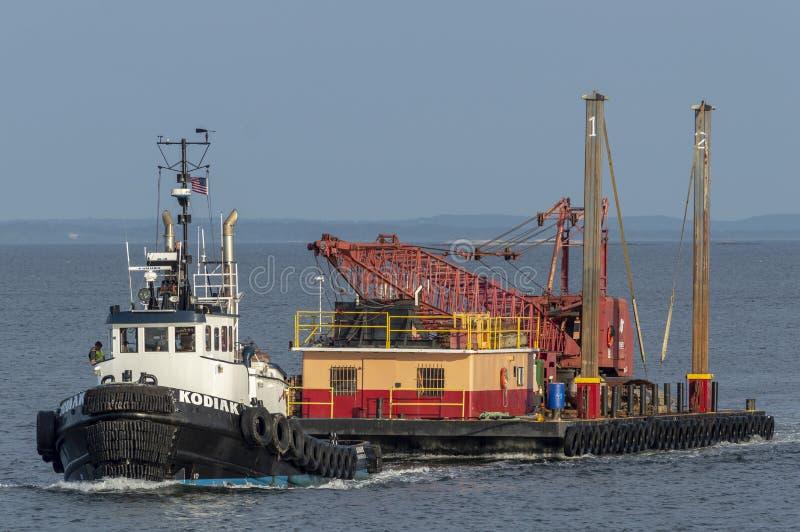 Tug Kodiak transportant le matériel de construction photographie stock libre de droits