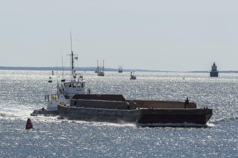 Tug Thuban poussant la péniche vers New Bedford en vent raide photographie stock
