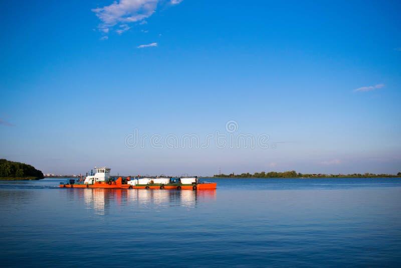 Tugboat που ωθεί μια φορτηγίδα κατά μήκος του ποταμού στοκ εικόνα με δικαίωμα ελεύθερης χρήσης