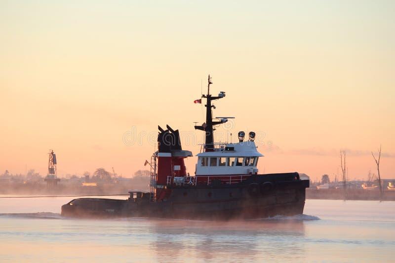 Tugboat do rio, névoa da manhã fotografia de stock